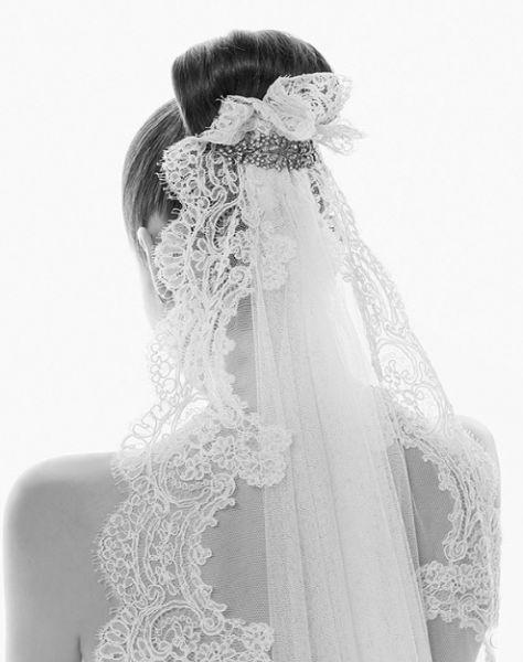 50a86c4fc0 Esta forma de llevar el velo es la más utilizada cuando se ha elegido un  vestido palabra de honor. De esta forma la novia se ve más acompañada