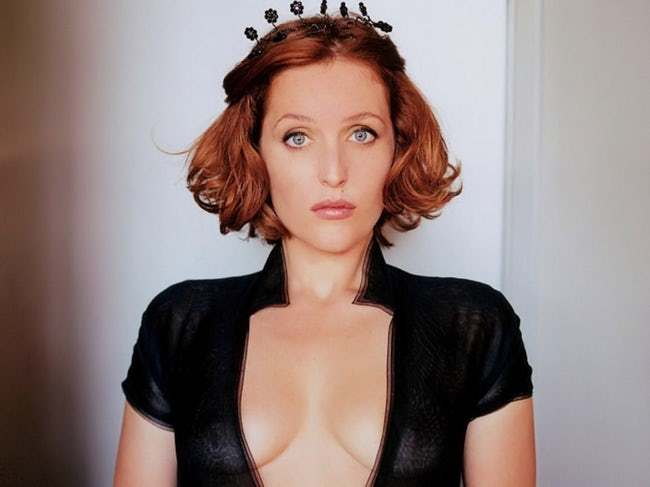 SERIES A GO GO  - Página 11 Gillian-anderson-in-long-bow-v-neck-blouse-person-photo-u1