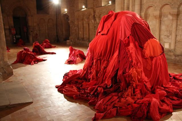 art textile contemporain, art avec vêtements, sculptures animées