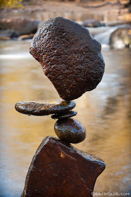 Escultura con piedras balanceándose