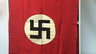 Hace 71 años, un médico de la resistencia judía-Francés ayuda a las fuerzas de Estados Unidos entró en Buchenwald y tomó una bandera nazi allí; 15 años después de su muerte, su hijo ha donado esa bandera al Estado de Israel, junto con otros documentos de la liberación; el Estado les ha transferido a Yad Vashem.