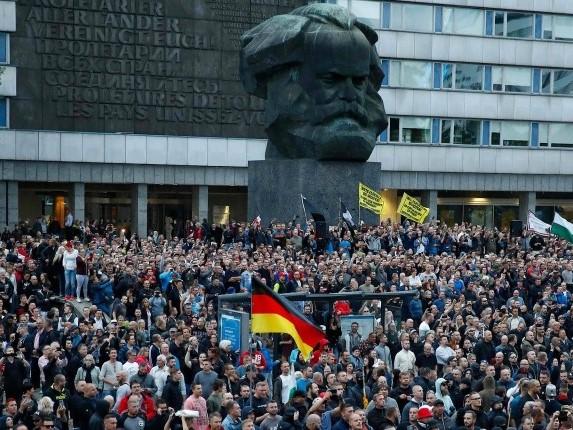 CHEMNITZ-manifestation-violence-immigration-remplacement-europe-allemagne-defense