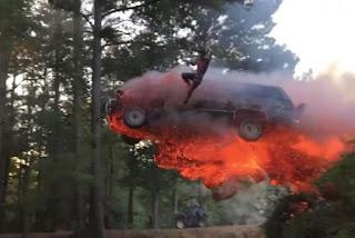 Pria ini melompat dari mobil SUV yang terbakar hanya untuk bersenang-senang