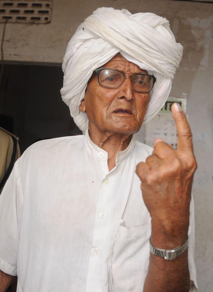 वोट-डालते-बुजुर्ग