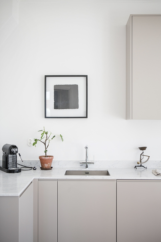 minimal and Scandinavian grey kitchen with no handles