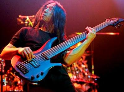 Foto de John Myung tocando en concierto