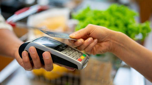 Αυξάνεται το όριο στις ανέπαφες στα 50€-Ποιες συναλλαγές δεν θα γίνονται στις τράπεζες