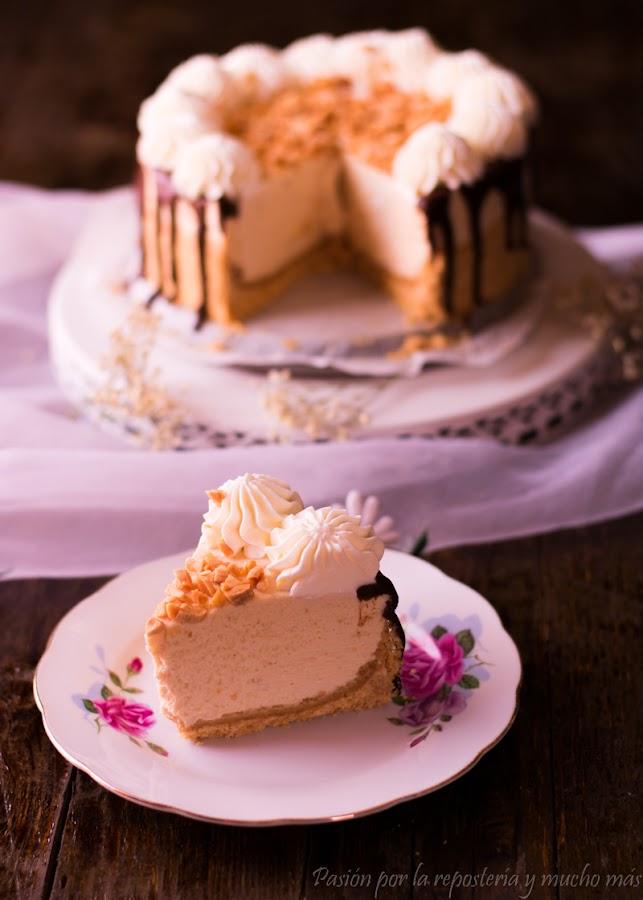 Porción de cheesecake de turrón de almendra sin horno