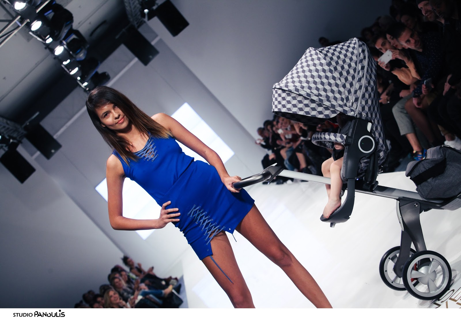 e1c9679309c 41 σχεδιαστές και fashion brands από την Ελλάδα και το εξωτερικό αλλά και  12 πολλά υποσχόμενοι νέοι σχεδιαστές παρουσίασαν τις νέες τάσεις της μόδας  στις ...