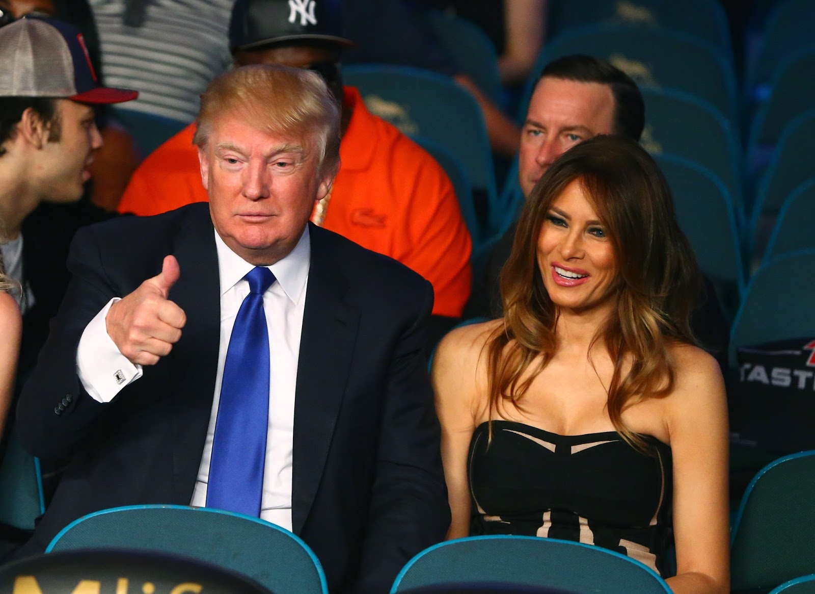 donald-trump-thumbs-up-august-2015