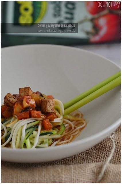 Somen y espaguetis de calabacín con verduras, tofu y tomate