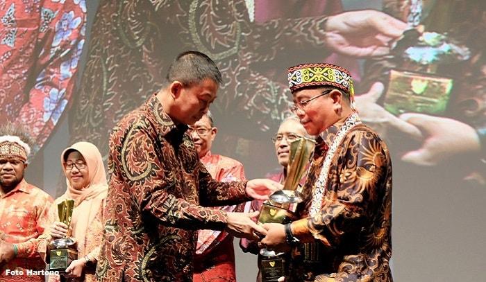 Bupati Sekadau Terima Penghargaan Inovasi Energi Dari Menteri ESDM