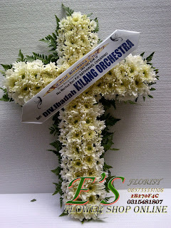 rangkaian bunga duka cita salib