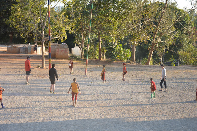 Match de foot dans un monastère avec les enfants
