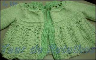 Casaquinho de bebê verde água feito em tricô e crochê de grampo.