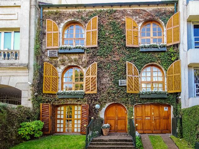 Frente de una casa de 3 plantas maravillosamente decorada