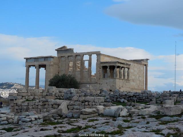 Świątynia Erechtejon, skalisty teren, kamienie, marmurowe budowle, bezchmurne zimowe niebo, Akropol Ateny Grecja