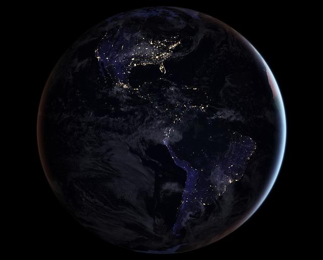 Foto de satélite do Brasil e América á noite com as luzes das cidades