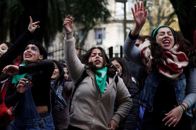 Projeto para legalização do aborto até a 14ª semana é aprovado na Argentina
