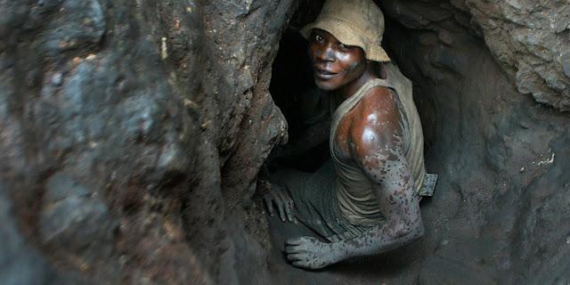Em uma mina de cobalto, as crianças trabalhavam na chuva encharcadas e carregando grandes sacos de cobalto, diz a matéria do Sky News.
