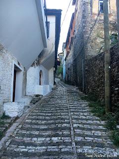 Les ruelles étroites de Gjirokaster en Albanie