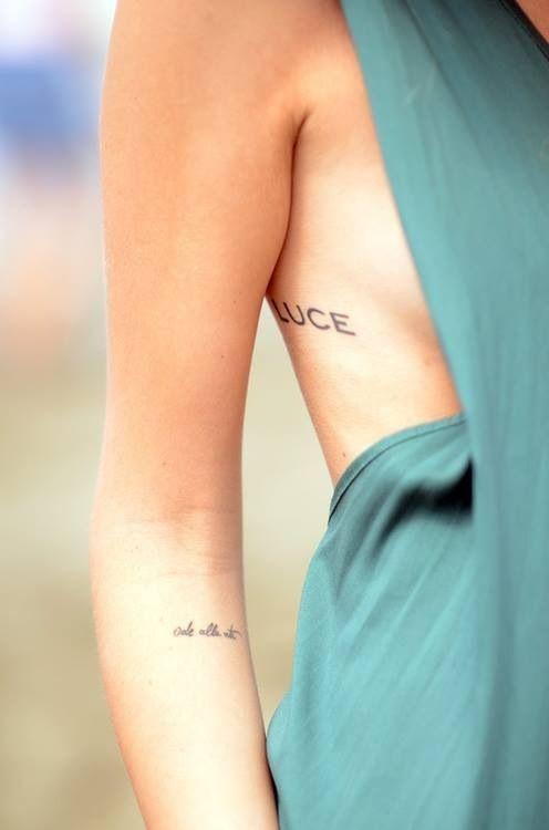 Un tatuaje en el costado