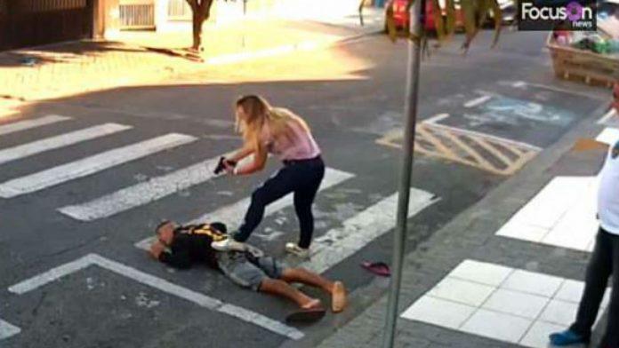 Πήγε να κλέψει μητέρες με παιδιά, αλλά έπεσε σε αστυνομικό και σκοτώθηκε (Βίντεο)