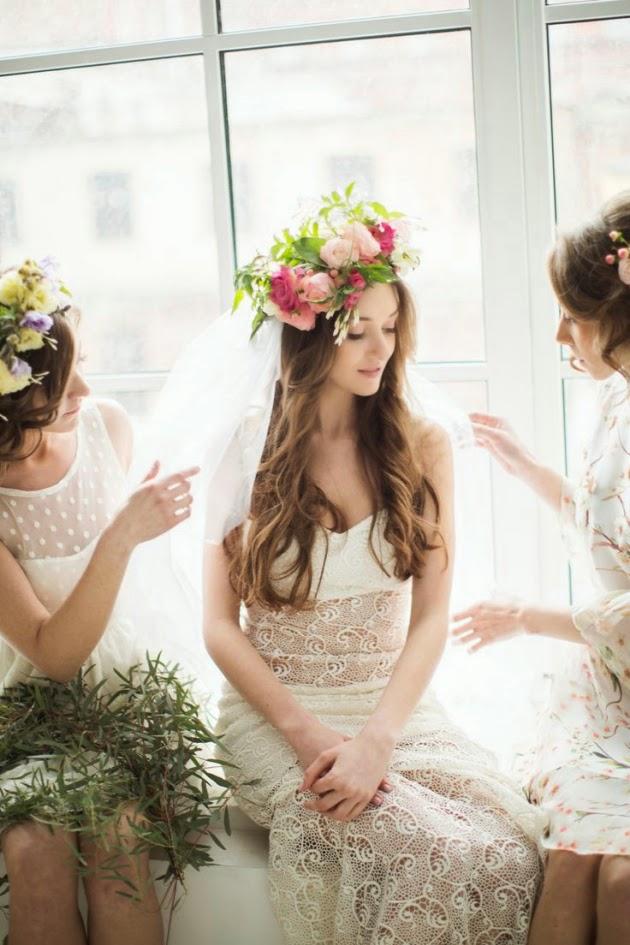Velo y peinado de novia de estilo bohemio con corona de flores
