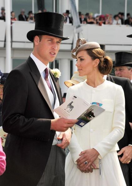 Vestita di bianco con una giacchina stile Jackie O  e una gonna  svolazzante 974909cbf8d