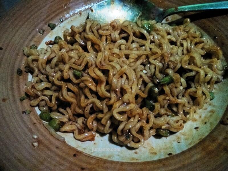 gambar indomie rasa mie goreng aceh setelah dimasak