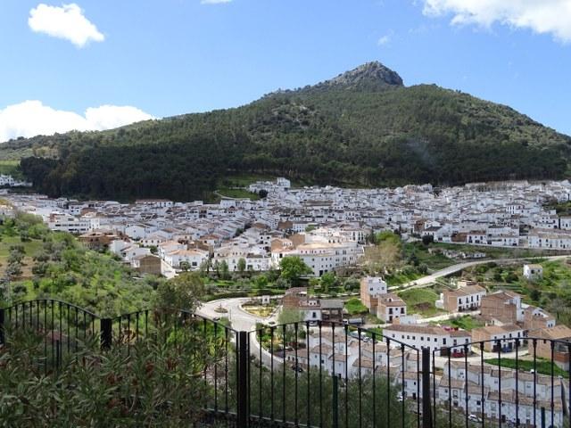 El Gastor pueblo blanco sierra montaña verde cadiz andalucia