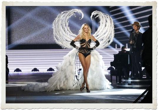 Bruno Mars si esibisce al Victoria's Secret Fashion Show