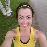 Coureuse souriante, parc de Montréal l'été