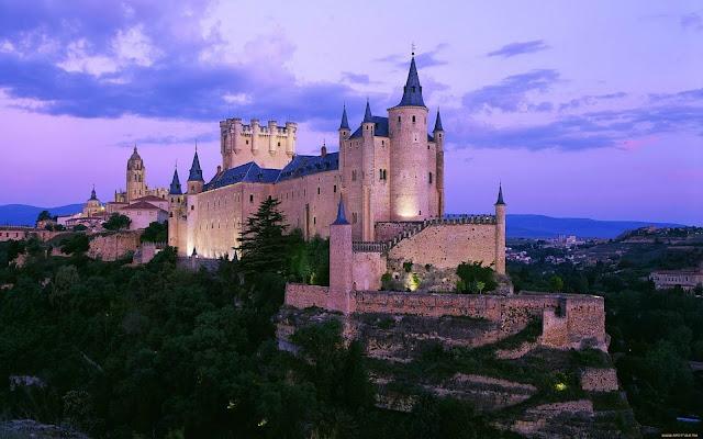 Lâu đài Segovia, còn được gọi với tên đầy đủ là Alcázar of Segovia, là một pháo đài bằng đá được liệt vào danh sách một trong những tòa lâu đài cổ nổi tiếng nhất ở Tây Ban Nha. Năm 1985, toà lâu đài được UNESCO công nhận là Di sản thế giới.