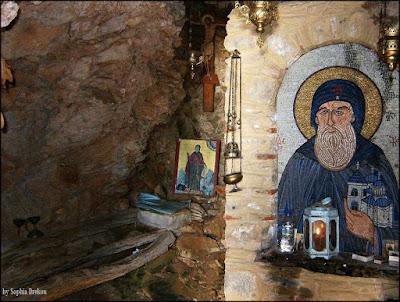 Το Σπήλαιο των Αγίων Μαξίμου και Ακακίου των Καυσοκαλυβιτών, στα Καυσοκαλύβια.