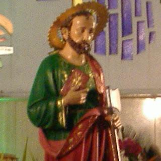 """Evangelio según San Juan 6,1-15.  Jesús atravesó el mar de Galilea, llamado Tiberíades.  Lo seguía una gran multitud, al ver los signos que hacía curando a los enfermos.  Jesús subió a la montaña y se sentó allí con sus discípulos.  Se acercaba la Pascua, la fiesta de los judíos.  Al levantar los ojos, Jesús vio que una gran multitud acudía a él y dijo a Felipe: """"¿Dónde compraremos pan para darles de comer?"""".  El decía esto para ponerlo a prueba, porque sabía bien lo que iba a hacer.  Felipe le respondió: """"Doscientos denarios no bastarían para que cada uno pudiera comer un pedazo de pan"""".  Uno de sus discípulos, Andrés, el hermano de Simón Pedro, le dijo:  """"Aquí hay un niño que tiene cinco panes de cebada y dos pescados, pero ¿qué es esto para tanta gente?"""".  Jesús le respondió: """"Háganlos sentar"""". Había mucho pasto en ese lugar. Todos se sentaron y eran uno cinco mil hombres.  Jesús tomó los panes, dio gracias y los distribuyó a los que estaban sentados. Lo mismo hizo con los pescados, dándoles todo lo que quisieron.  Cuando todos quedaron satisfechos, Jesús dijo a sus discípulos: """"Recojan los pedazos que sobran, para que no se pierda nada"""".  Los recogieron y llenaron doce canastas con los pedazos que sobraron de los cinco panes de cebada.  Al ver el signo que Jesús acababa de hacer, la gente decía: """"Este es, verdaderamente, el Profeta que debe venir al mundo"""".  Jesús, sabiendo que querían apoderarse de él para hacerlo rey, se retiró otra vez solo a la montaña."""