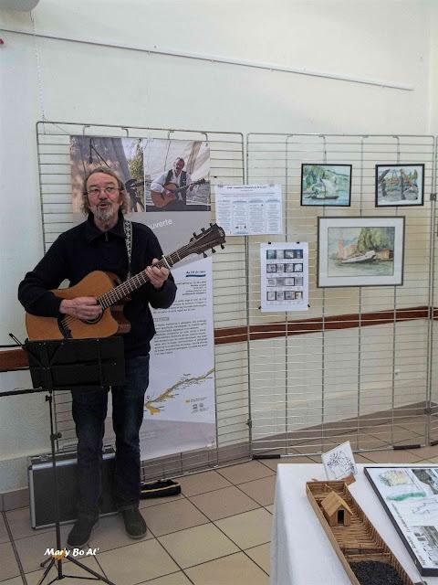Dan Grall, du groupe Babord Tribord au vernissage de l'exposition, devant le kakemono de notre projet sur lequel il est en photo.