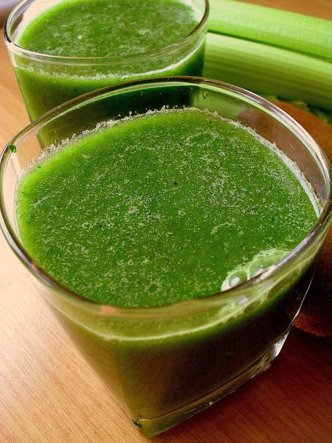 Zielony koktajl z kiwi i jarmużem