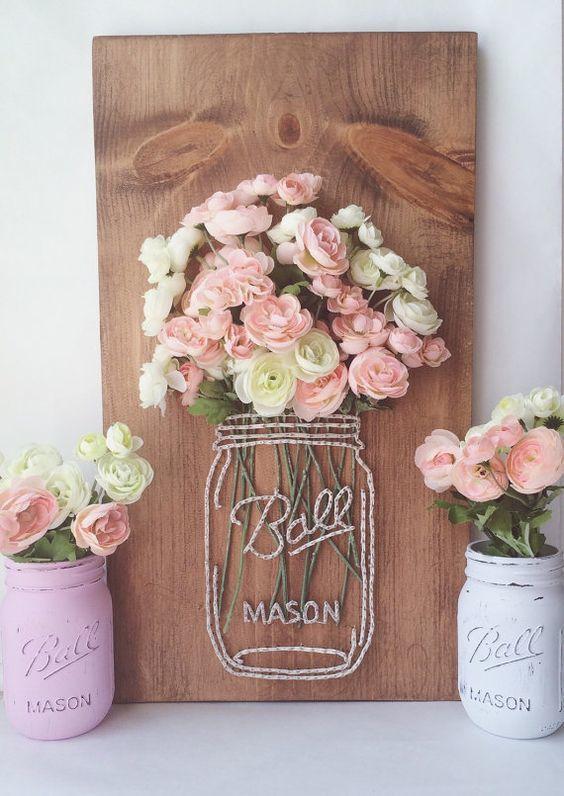 Tablón de madera con flores frescas