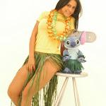 Andrea Rincon, Selena Spice Galeria 13: Hawaiana Camiseta Amarilla Foto 13