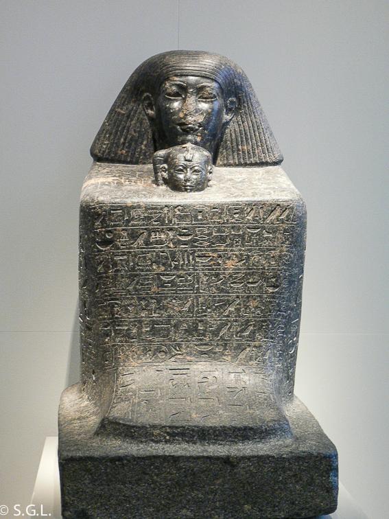 Estatua de cubo de Senenmut y la princesa Neferure. El museo nuevo de Berlin