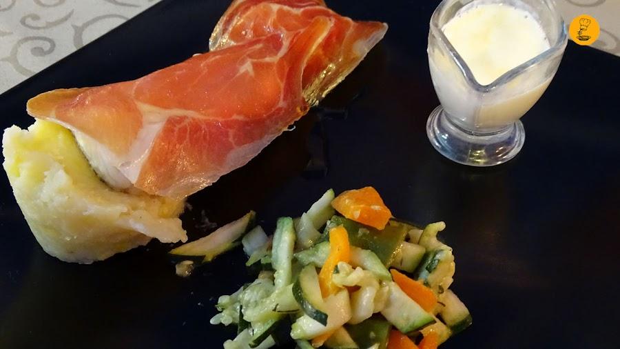 Lomo de merzula con jamón serrano, patatas al aceite de trufa y verduras de temporada en À Table Cala D´Or