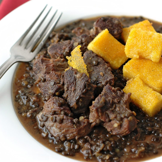 Rinderbeinscheiben in Sauce mit Linsen und Polenta