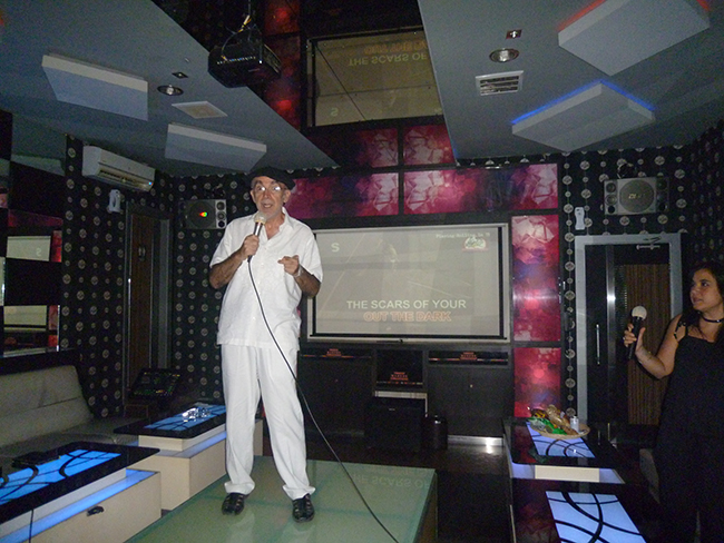 Cantando en el karaoke de Bali