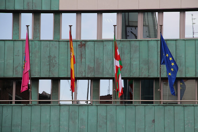 banderas en el balcón del ayuntamiento