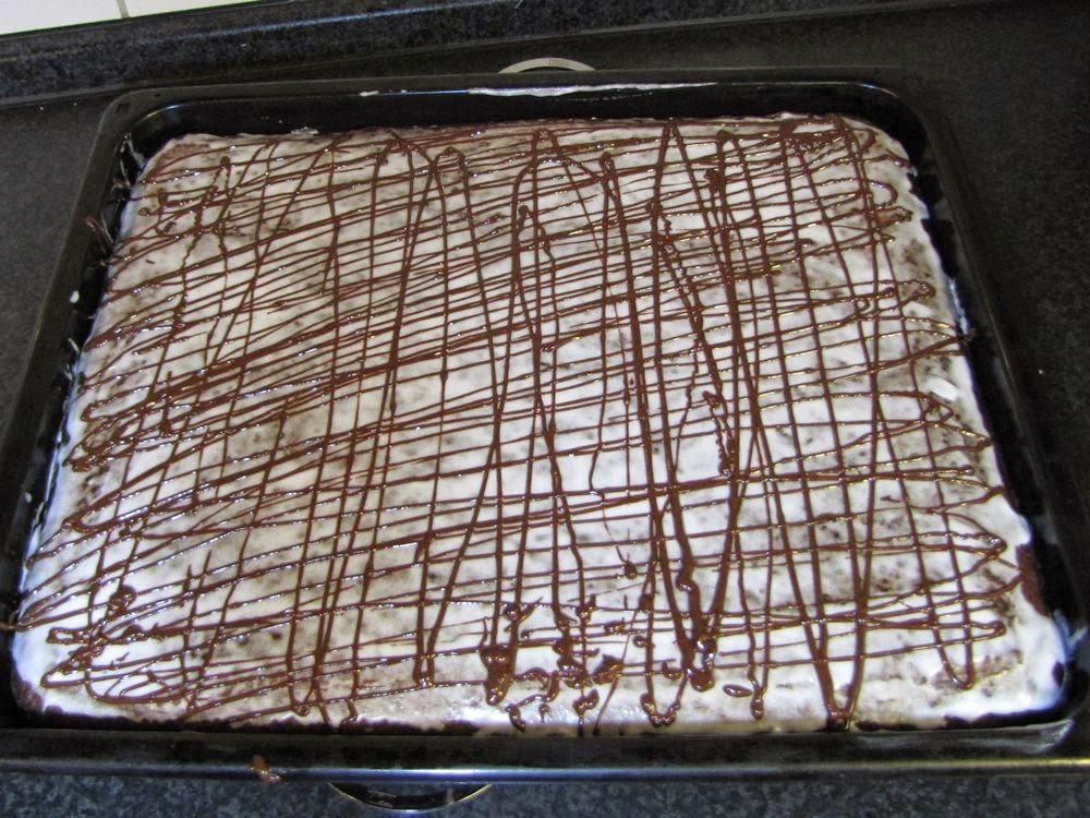 Schokoglasur als dekoratives Muster über die Lebkuchen gespritzt.