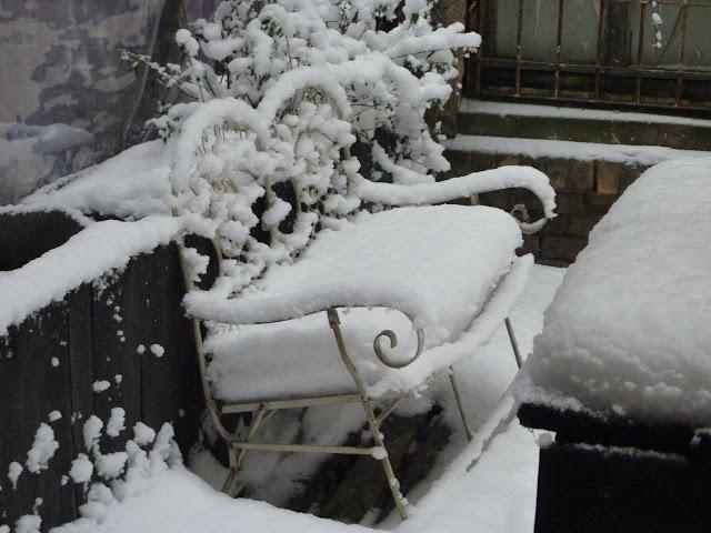 Pittoresk bankje in de sneeuw in Riga