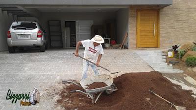 Bizzarri fazendo a execução de um paisagismo com pedras, colocando a terra boa vegetal nos canteiros de plantas. 13 de março de 2017.