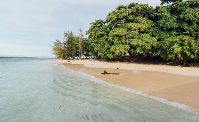 Xvlor.com Tujuh Islands is row of six sloping small islands in Pasanea Village