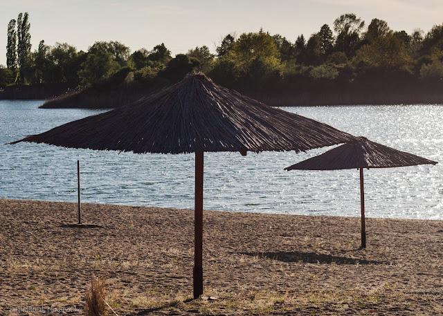 Homok, víz és napernyők a gyoroki strandon